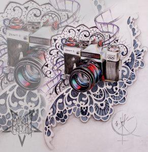 Эскиз фотоаппарат с кружевами подойдет для татуировки на ноге