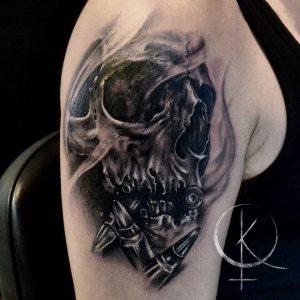 Мужская тату на плече, череп и пули в реализме