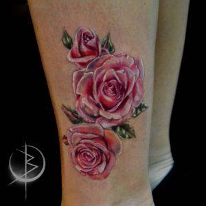 Небольшая татуировка на ноге, нежные розы