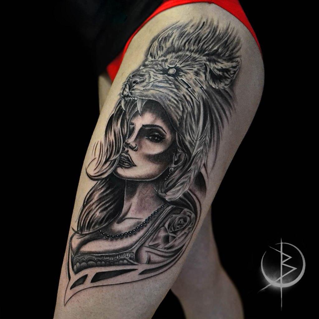 Tattoo девушка со львом, женское черно серое тату на бедре