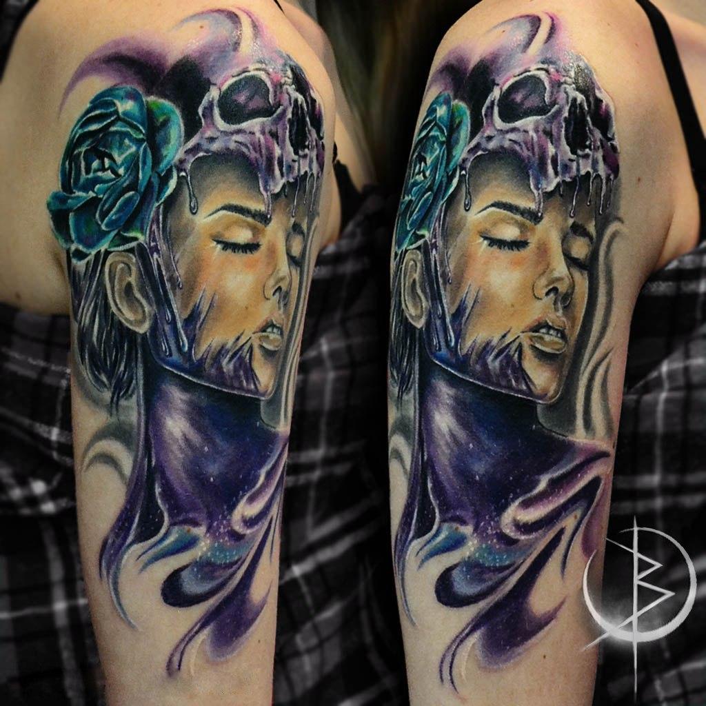 Цветная художественная татуировка девушка с черепом на плече