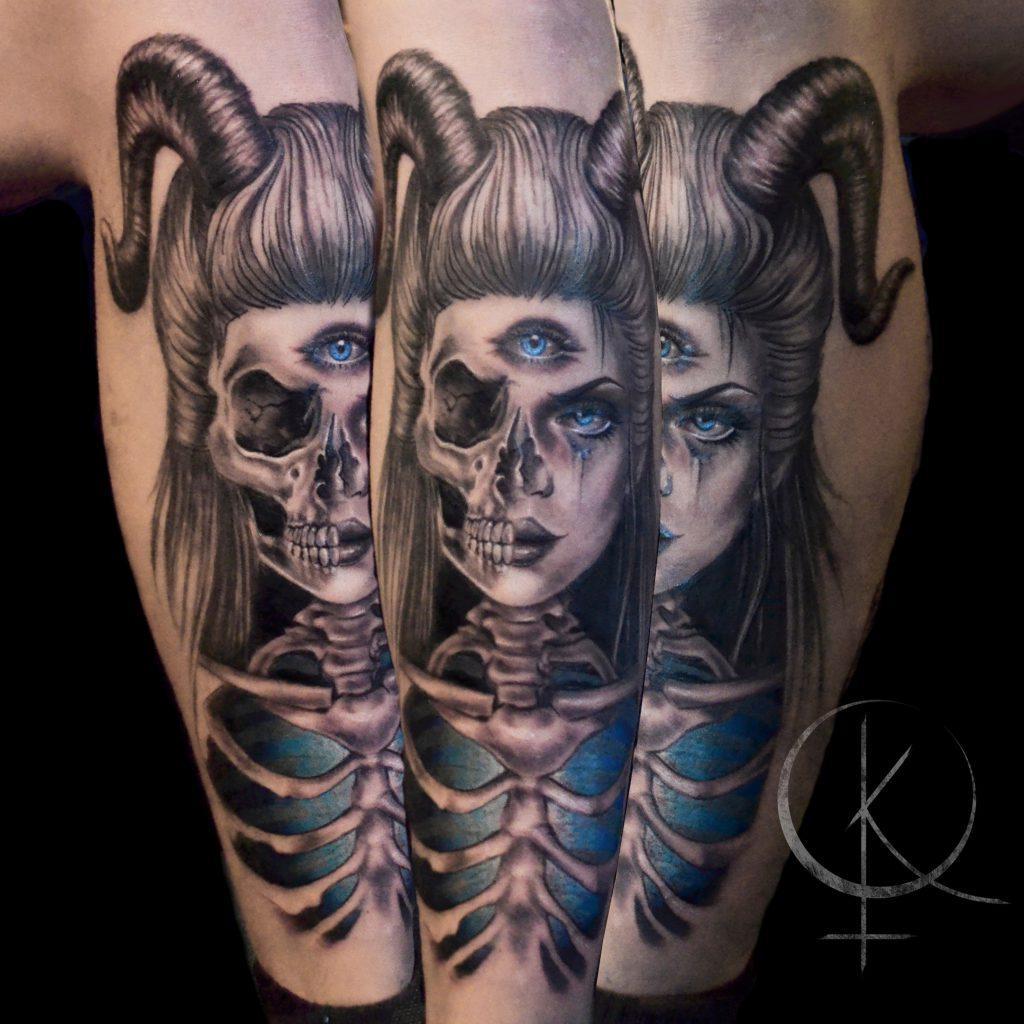 Татуировка на ноге, девушка с рогами