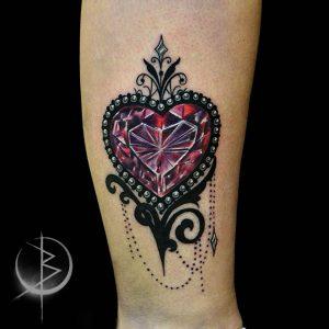 Тату в стиле Нео-традишнл алмазное сердце