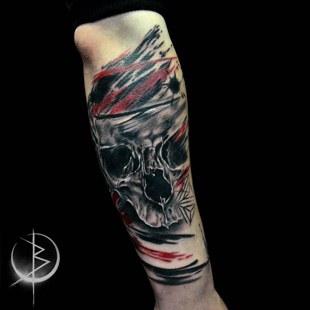 Татуировка  в стиле трэш полька череп на руке