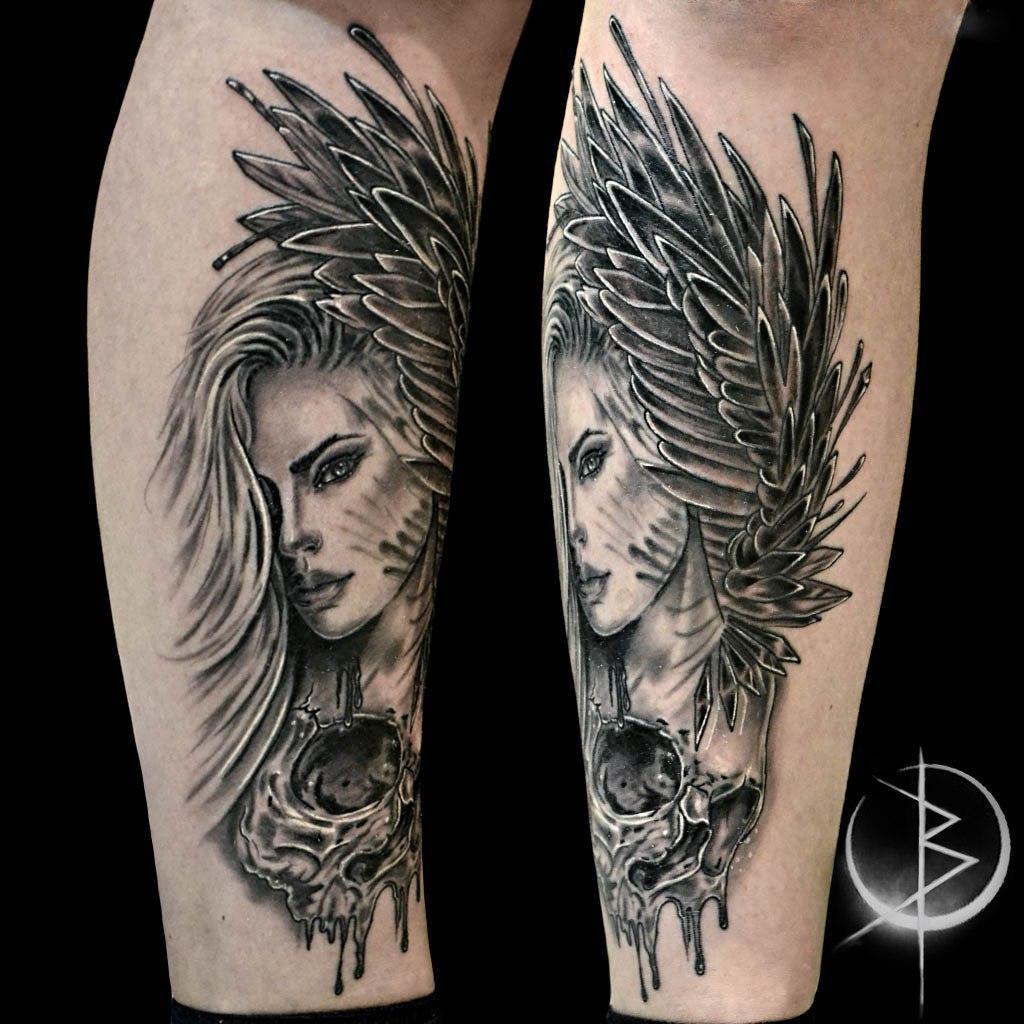 Tattoo девушка с крылом и черепом на ноге, черно серый реализм