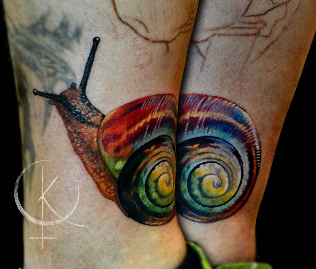 Татуировка на ноге, улитка в цветном реализме