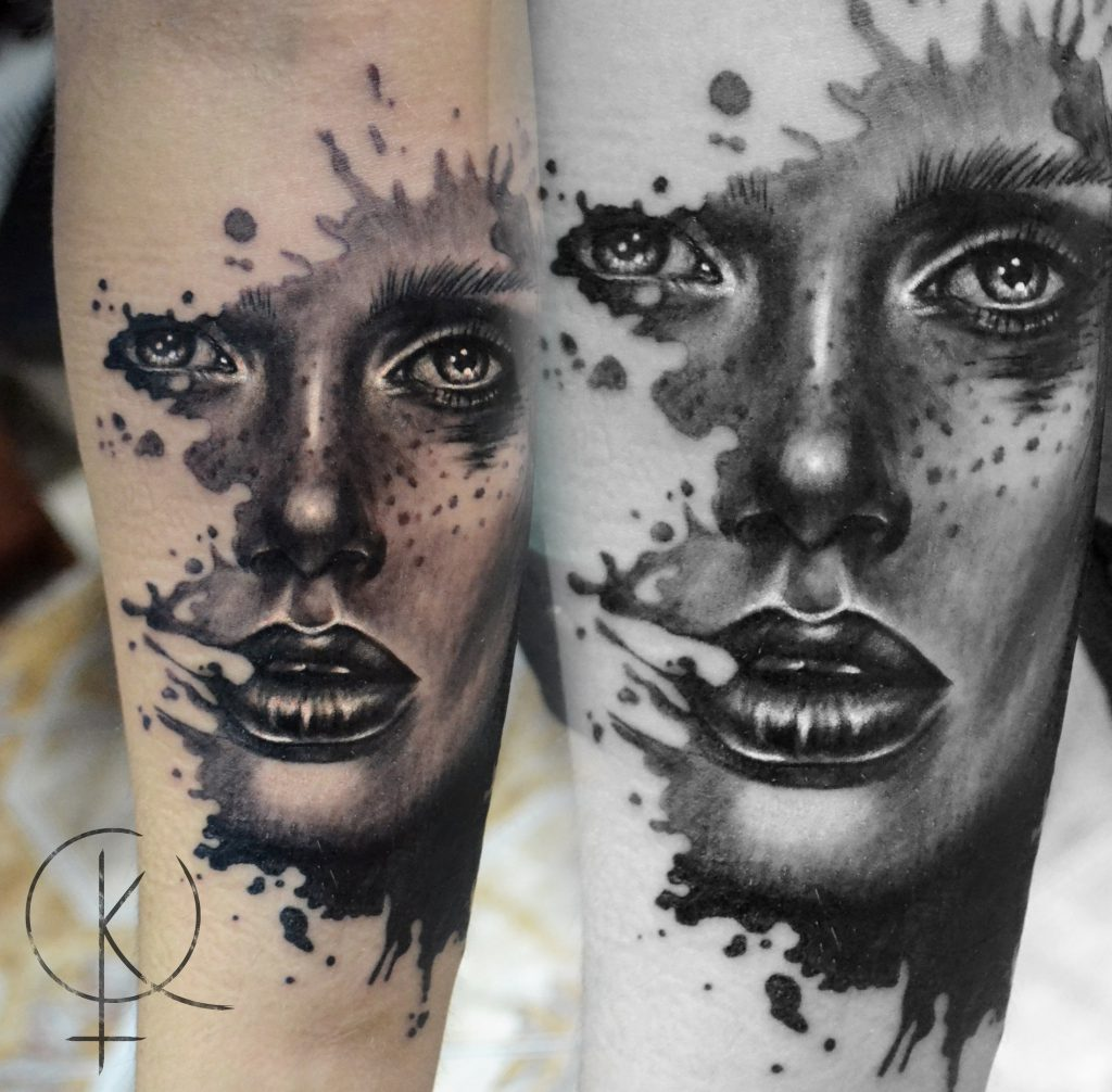 Художественная татуировка на руке, черно-серый портрет девушки