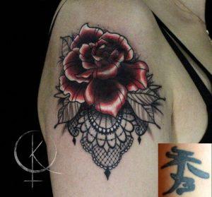 Перекрытие тату в стиле неотрад роза с кружевами на плече