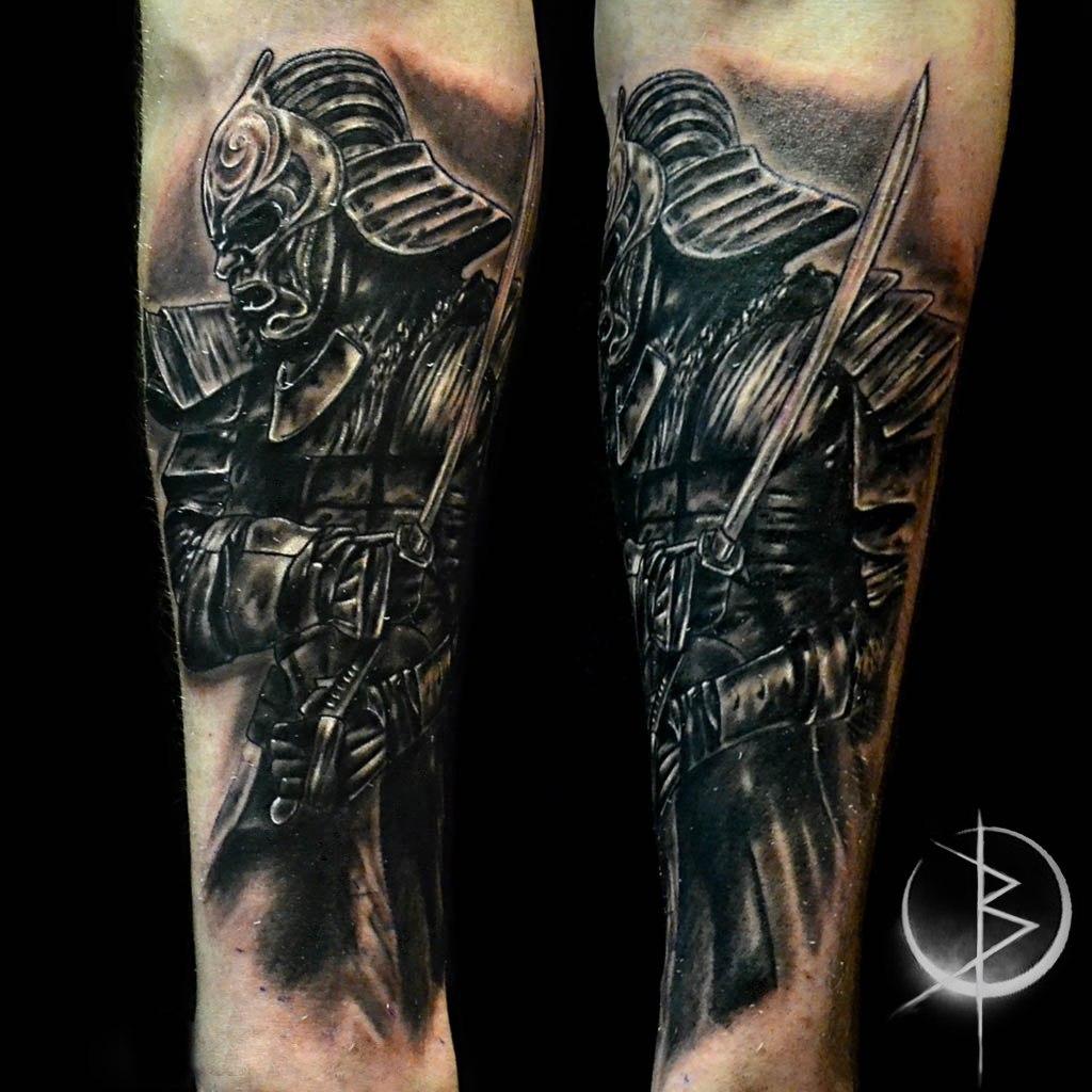 Татуировка самурай в реализме, черно серое тату на руке