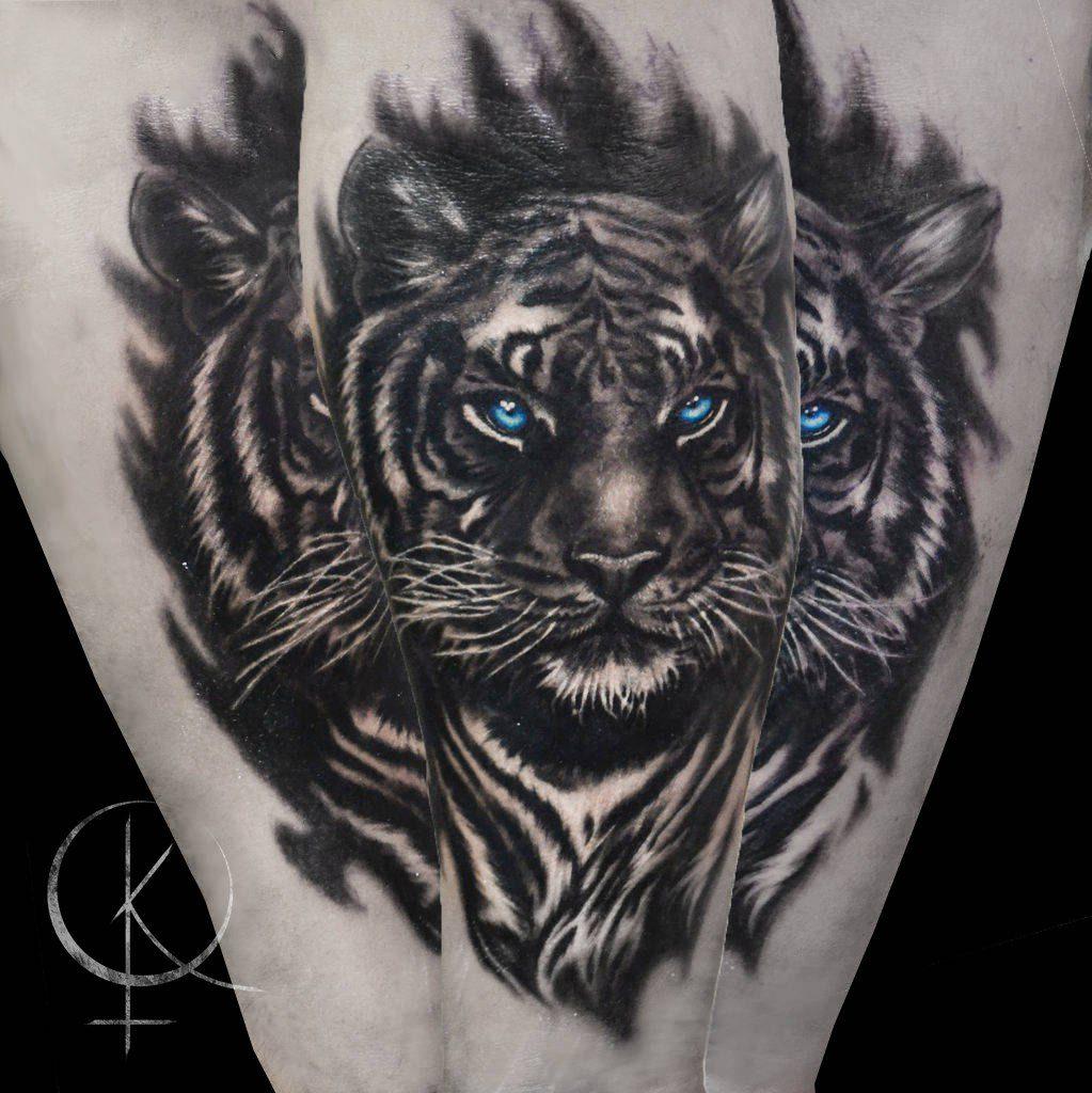 Татуировка в реализме, тигр на руке черно-серое тату