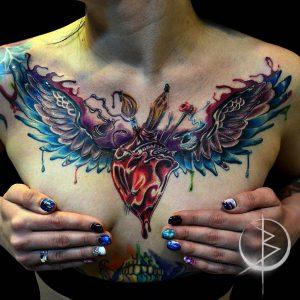 Сердце с крыльями тату в New school на груди