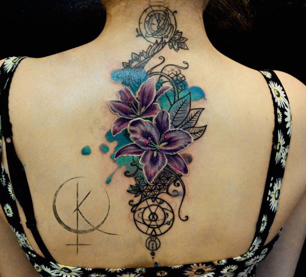 Tattoo на спине, лилии в стиле графика и акварель