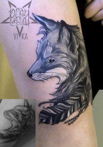 Перекрытие старой татуировки, лиса на бедре черно белое тату
