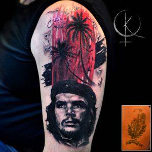 Тату портрет Че Гевара и перекрытие старой тату в стиле трэш полька на плече