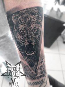 Татуировка леопарда в реализме, черно серое тату на руке