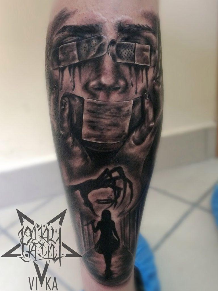 Татуировка в стиле хоррор на ноге, черно серый реализм
