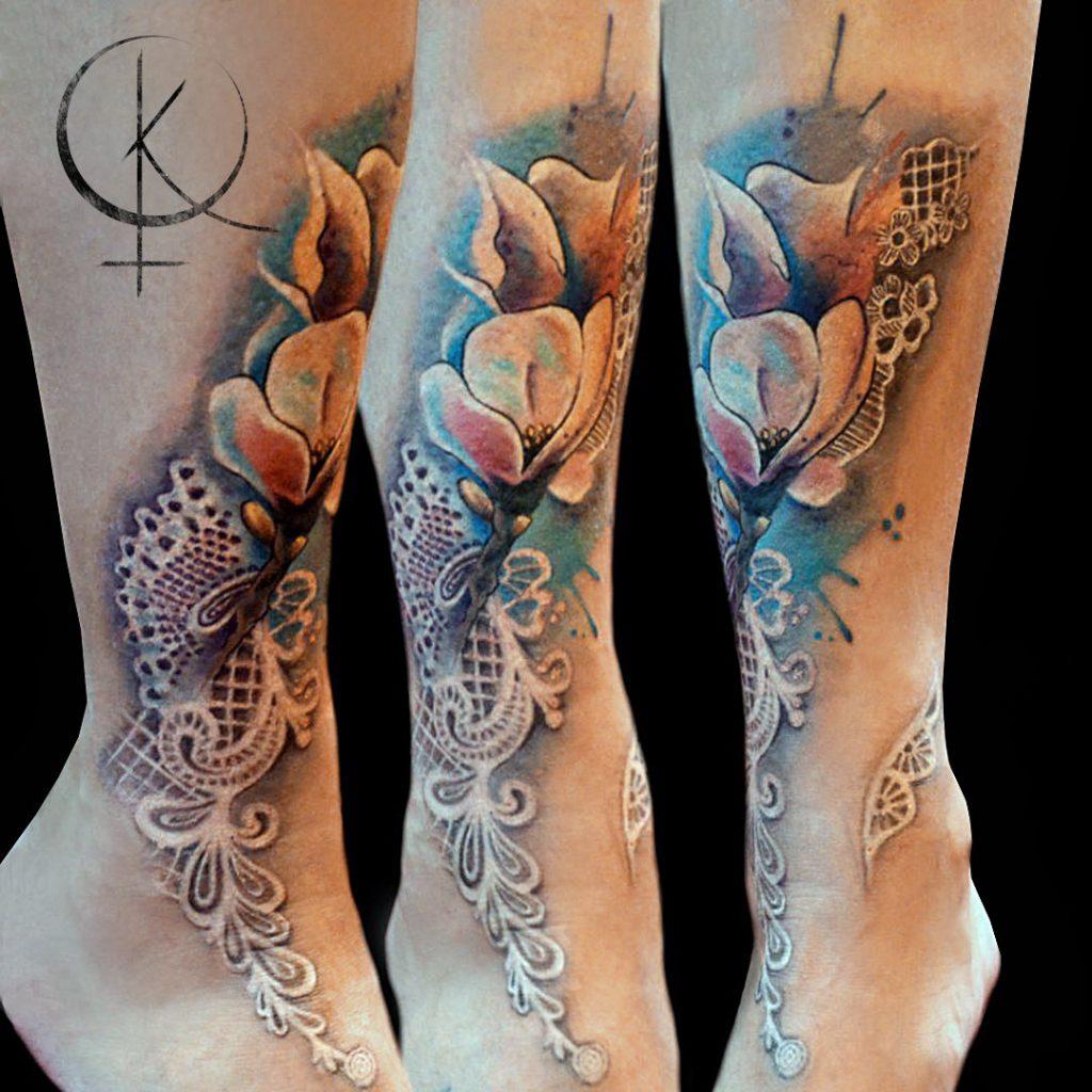 Художественная татуировка в акварели, цветы с кружевами на ноге