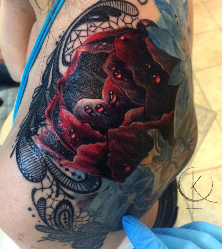 Татуировка пион с кружевами в реализме на плече