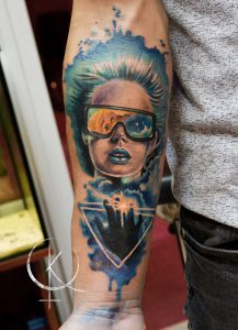 Художественная тату на руке, девушка с космосом в реализме