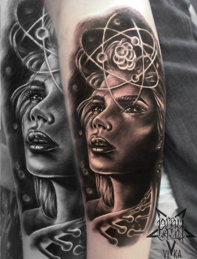 Художественная татуировка на ноге, девушка в реализме черно-серое тату