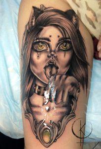 Татуировка на бедре, девушка кошка черно-серое тату