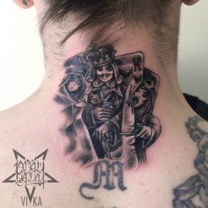 Tattoo на шее черно-серые карты