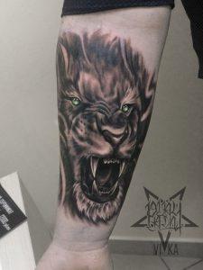 Художественная татуировка на руке, лев в реализме