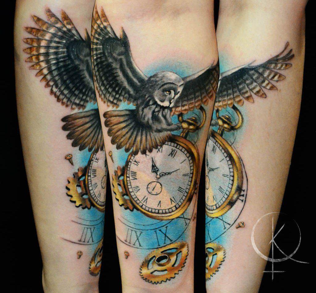 Цветное тату сова с часами на руке