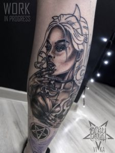 Татуировка черно-серая девушка на ноге