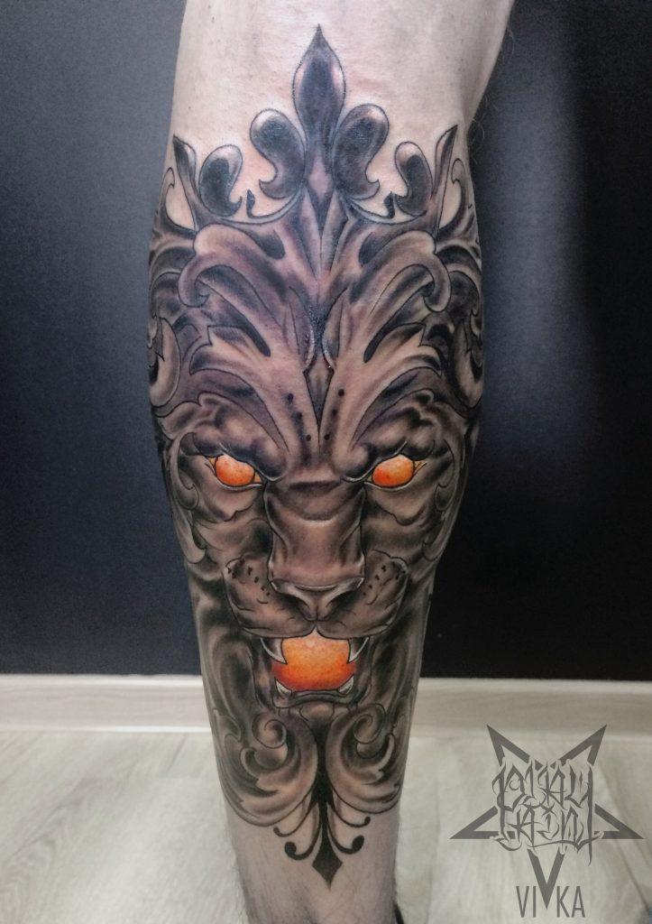 Tattoo льва на ноге, черно-серое тату