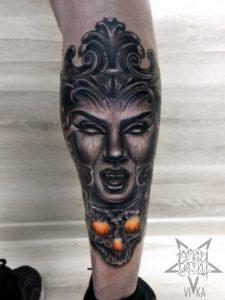 Tattoo девушки с черепом на ноге