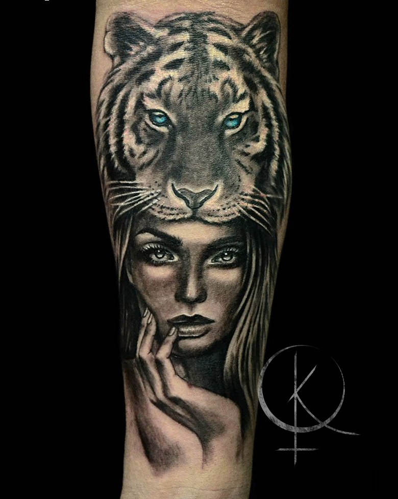 Tattoo девушка с тигром, черно серое тату на руке