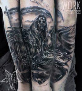 Татуировка черно-серая смерть на руке