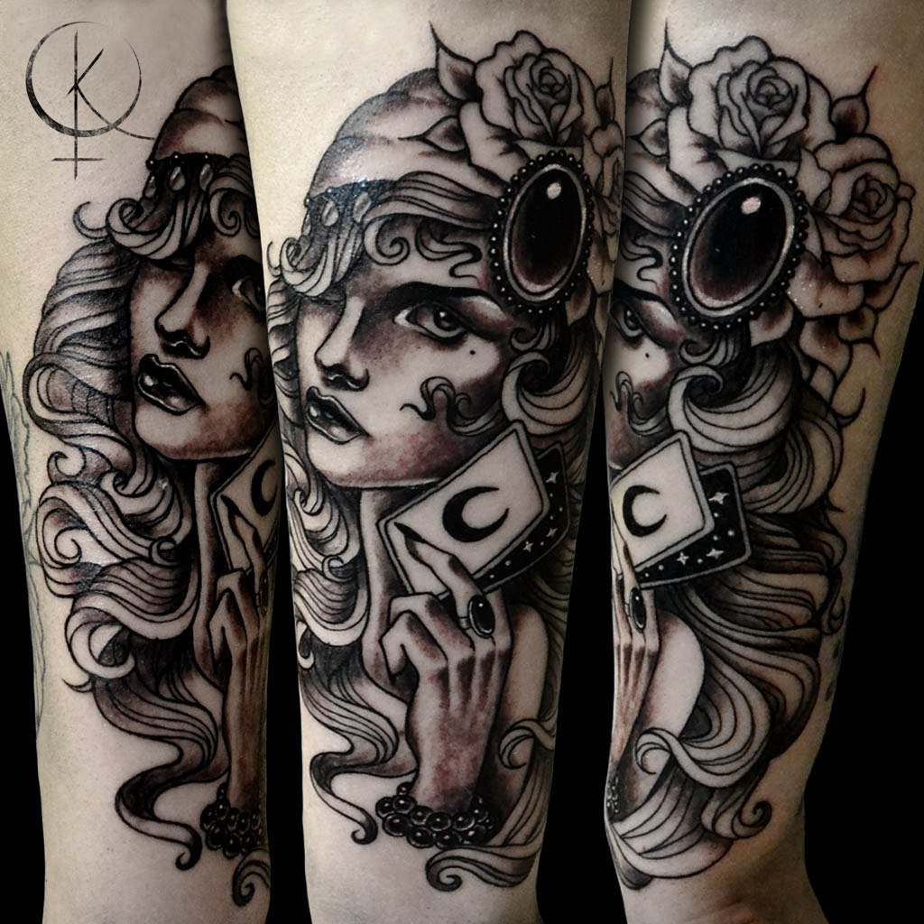 Neo Traditional Tattoo, девушка с картами на руке