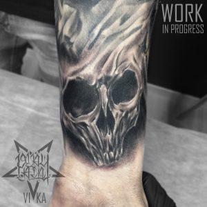 Tattoo черно-серое череп на руке