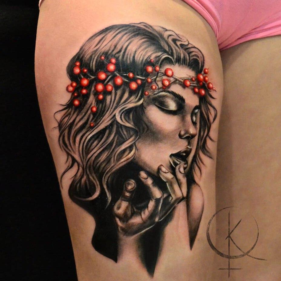 Татуировка в реализме, девушка на бедре тату