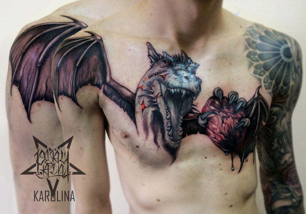 Дракон с сердцем на груди,тату с переходим на плечо в реализме