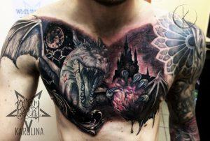 Художественная тату на груди, дракон с сердцем в реализме