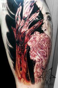 Татуировка на плече девушка в крови, реалистичное тату