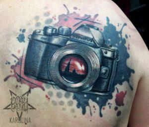 Тату в стиле трэш полька, фотоаппарат на плече