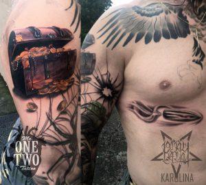 Татуировка клада с сокровищами на плече, пуля на груди тату