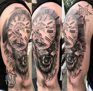 Tattoo в стиле реализм, лев с часами на плече
