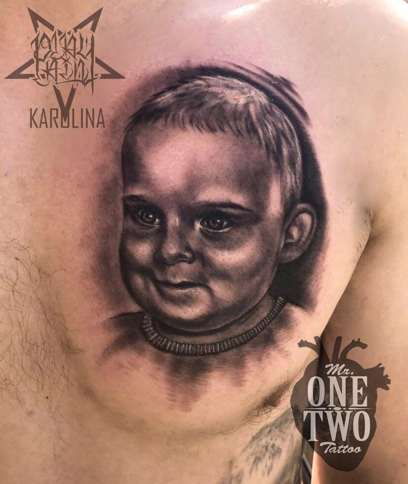 Портретная татуировка, черно-серый реализм на груди