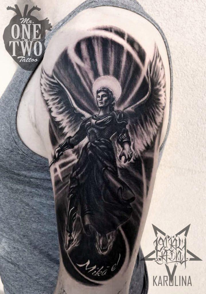 Тату в черно-сером реализме на плече, с изображением архангела Михаила