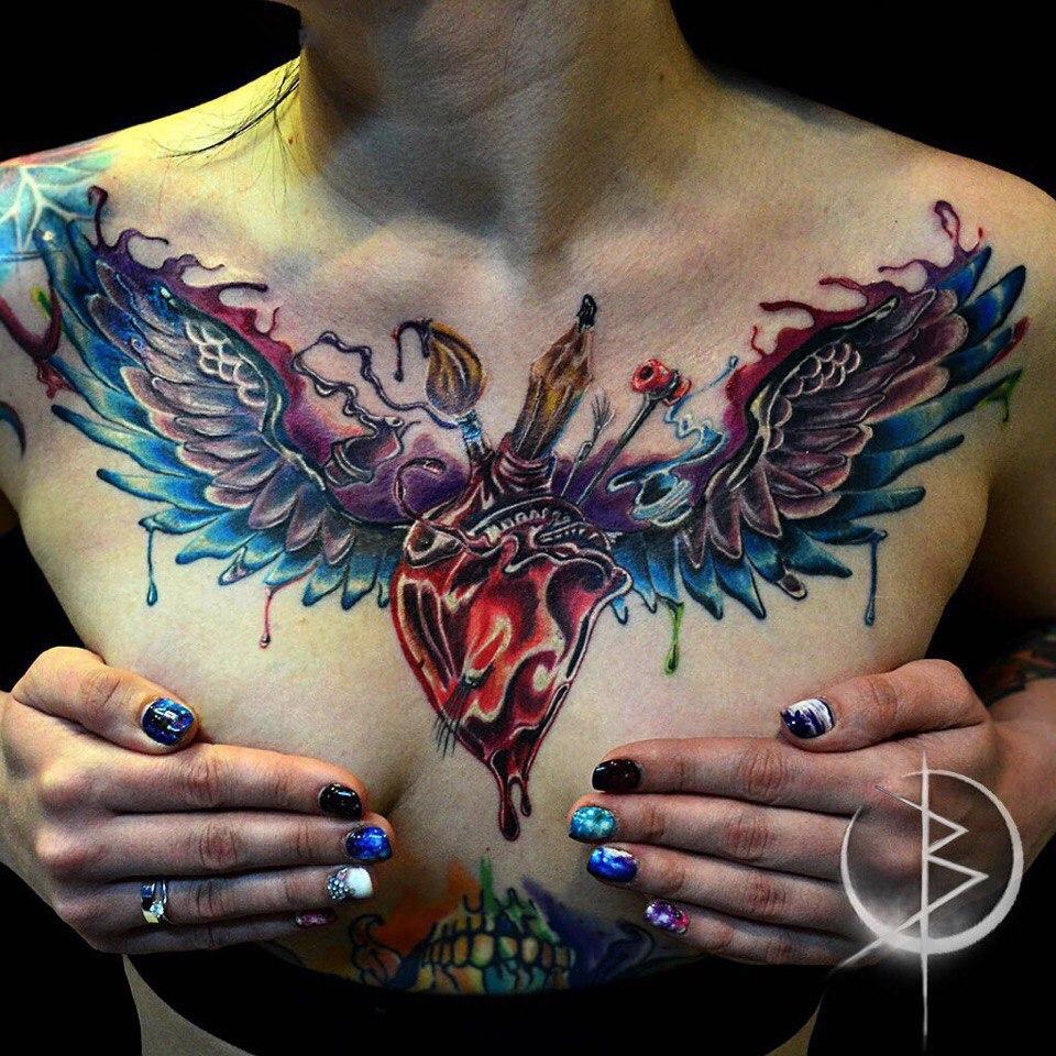 Татуировка на груди, сердце с крыльями ньюскул тату
