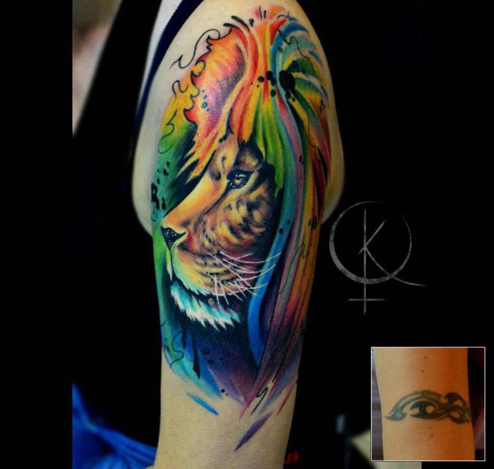 Татуировка в стиле акварель перекрытие старой тату, лев на плече