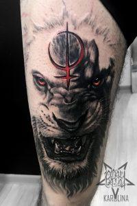 Лев в стиле реализм, мужская татуировка на ноге