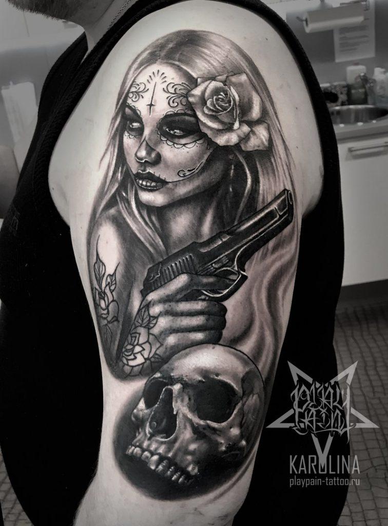 Чикано девушка с пистолетом и черепом, татуировка на плече