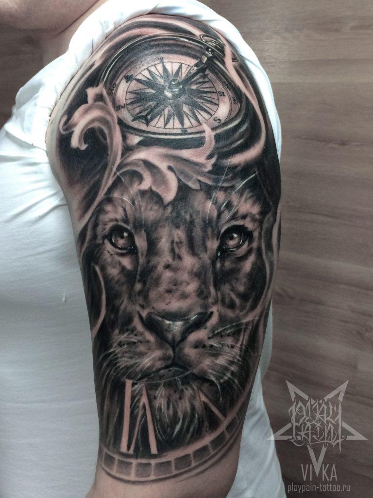 Лев и компас в черно-сером реализме татуировка на все плечо