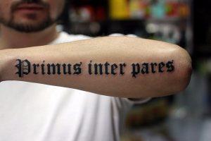 Надписи. Почему татуировки с надписями так популярны в наши дни.